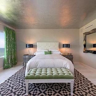 Cette photo montre une chambre d'amis chic de taille moyenne avec un mur gris, un sol en marbre et aucune cheminée.
