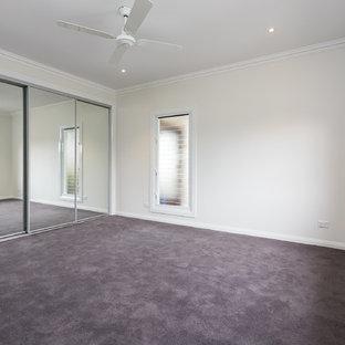 Modelo de dormitorio principal, minimalista, con paredes blancas y suelo de baldosas de cerámica