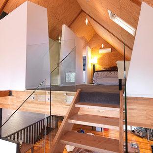 Modelo de dormitorio tipo loft, moderno, pequeño, sin chimenea, con paredes blancas y moqueta