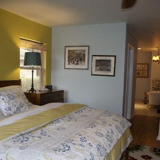 Modelo de dormitorio principal, contemporáneo, de tamaño medio, sin chimenea, con paredes azules y suelo de corcho