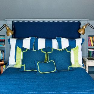 Lantlig inredning av ett sovrum, med blå väggar, heltäckningsmatta och blått golv