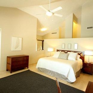 Стильный дизайн: маленькая хозяйская спальня в классическом стиле с бежевыми стенами и полом из керамической плитки - последний тренд