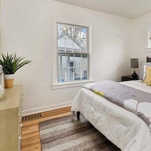 На фото: маленькие гостевые спальни в стиле ретро с белыми стенами, светлым паркетным полом и красным полом
