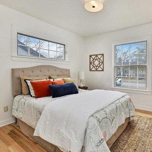 Стильный дизайн: маленькая гостевая спальня в стиле ретро с белыми стенами, светлым паркетным полом и красным полом - последний тренд