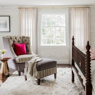ボストンのトラディショナルスタイルのおしゃれな寝室 (グレーの壁、濃色無垢フローリング、茶色い床、壁紙)
