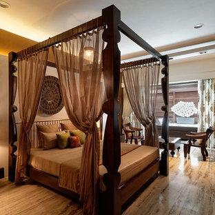 Modern inredning av ett mellanstort sovrum, med brunt golv