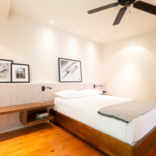 Foto de dormitorio principal, rural, grande, sin chimenea, con paredes blancas, suelo de madera en tonos medios y suelo naranja