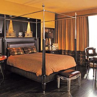 Modelo de dormitorio principal, contemporáneo, de tamaño medio, sin chimenea, con parades naranjas y suelo de madera oscura