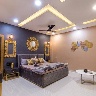 Tropenstil Schlafzimmer mit beiger Wandfarbe und beigem Boden in Sonstige
