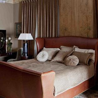 Стильный дизайн: гостевая спальня среднего размера в стиле современная классика с бежевыми стенами, темным паркетным полом и красным полом - последний тренд