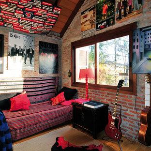 Réalisation d'une chambre bohème avec un sol en bois brun et aucune cheminée.