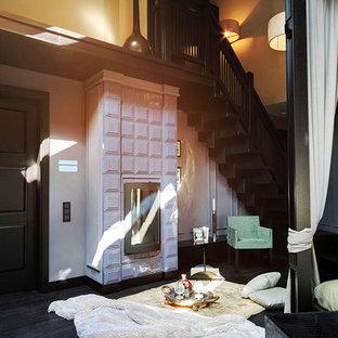 バンクーバーの大きいコンテンポラリースタイルのおしゃれな主寝室 (マルチカラーの壁、塗装フローリング、標準型暖炉、タイルの暖炉まわり、紫の床)