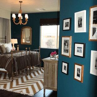 Exemple d'une chambre parentale romantique avec un mur bleu, un sol en bois foncé et un sol marron.
