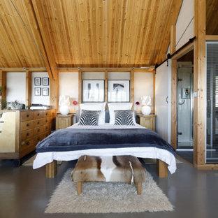 На фото: большие хозяйские спальни в стиле рустика с белыми стенами и серым полом