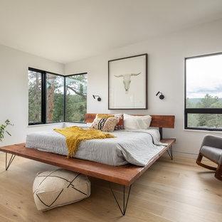 50 tals inredning av ett sovrum, med vita väggar och ljust trägolv