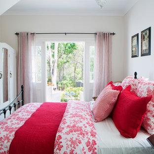 ブリスベンのビーチスタイルのおしゃれな客用寝室 (白い壁) のレイアウト