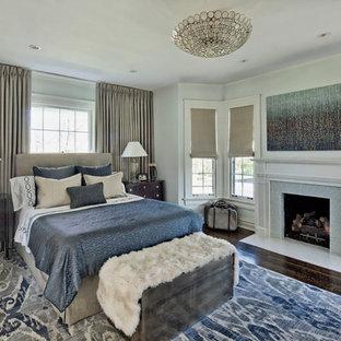 Idee per una grande camera matrimoniale classica con pareti grigie, parquet scuro, camino classico e cornice del camino piastrellata