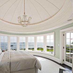 Новые идеи обустройства дома: хозяйская спальня в морском стиле с разноцветными стенами