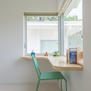 Imagen de habitación de invitados minimalista, de tamaño medio, sin chimenea, con paredes blancas, suelo de linóleo y suelo gris