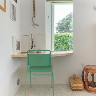 Modern inredning av ett mellanstort gästrum, med vita väggar, linoleumgolv och vitt golv
