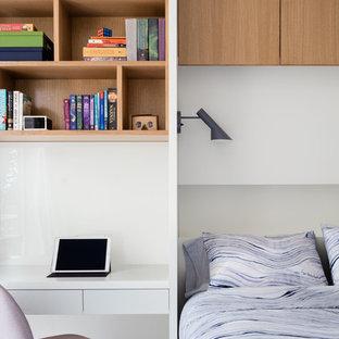 Foto de habitación de invitados contemporánea, de tamaño medio, con paredes blancas, moqueta y suelo gris