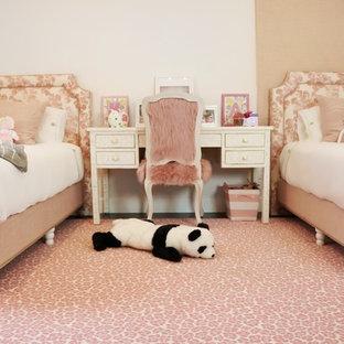 Inredning av ett shabby chic-inspirerat mellanstort sovrum, med vita väggar, heltäckningsmatta och rosa golv