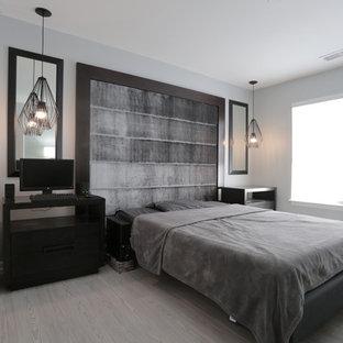 Ejemplo de dormitorio principal, contemporáneo, de tamaño medio, con paredes grises, suelo laminado y suelo gris