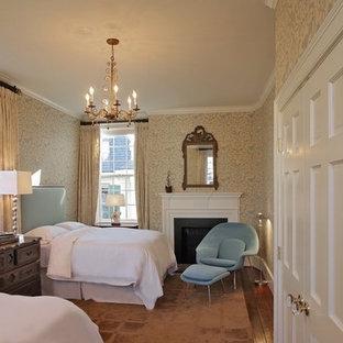 Imagen de habitación de invitados tradicional, de tamaño medio, con paredes multicolor, suelo de madera oscura, chimenea tradicional y marco de chimenea de baldosas y/o azulejos