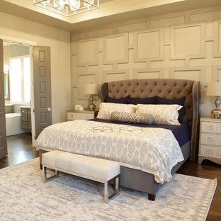 Diseño de dormitorio principal, tradicional renovado, de tamaño medio, sin chimenea, con paredes grises, suelo de madera oscura y suelo marrón