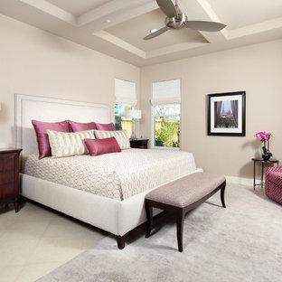 Неиссякаемый источник вдохновения для домашнего уюта: огромная хозяйская спальня в современном стиле с бежевыми стенами и полом из травертина без камина