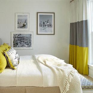 Imagen de dormitorio marinero, sin chimenea, con paredes blancas