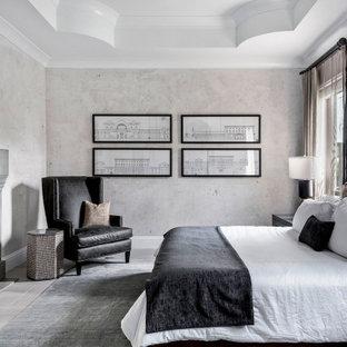 Idéer för ett medelhavsstil huvudsovrum, med grå väggar och grått golv