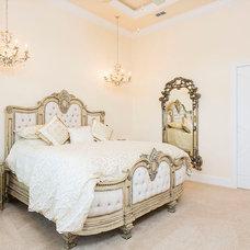Traditional Bedroom by Top Villas