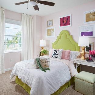 Immagine di una camera da letto classica con pareti rosa e moquette