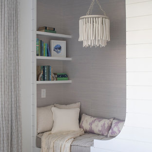 Idéer för att renovera ett maritimt sovrum, med vita väggar och ljust trägolv