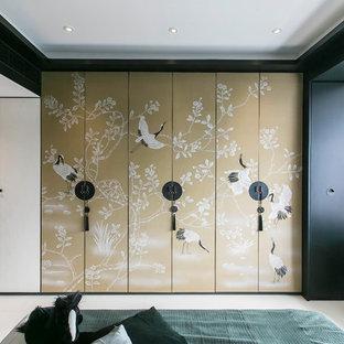 Aménagement d'une grand chambre parentale asiatique avec un mur multicolore, un sol en carrelage de céramique et un sol blanc.