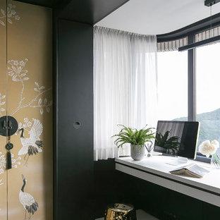 Ispirazione per una grande camera matrimoniale etnica con pareti nere, pavimento con piastrelle in ceramica e pavimento giallo