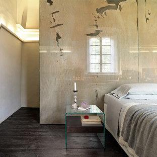 ボルチモアの中サイズのコンテンポラリースタイルのおしゃれなロフト寝室 (黄色い壁、塗装フローリング、黒い床) のインテリア