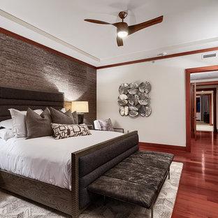 Foto på ett stort funkis huvudsovrum, med grå väggar, mellanmörkt trägolv och rött golv