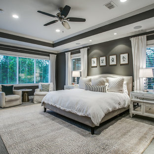 ダラスの大きいトランジショナルスタイルのおしゃれな主寝室 (グレーの壁、カーペット敷き、暖炉なし、グレーの床) のレイアウト