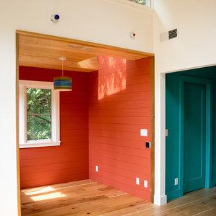 サンフランシスコの中サイズのコンテンポラリースタイルのおしゃれな主寝室 (オレンジの壁、淡色無垢フローリング、暖炉なし、茶色い床) のインテリア