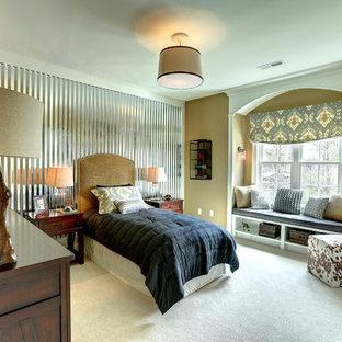 Ejemplo de dormitorio tradicional con paredes marrones y moqueta