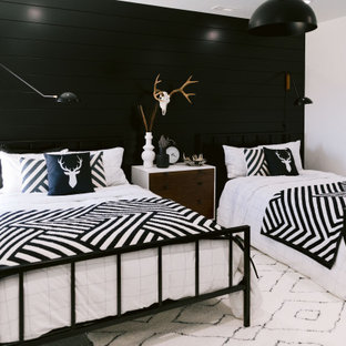 Bild på ett stort rustikt sovrum, med vita väggar, heltäckningsmatta och grått golv