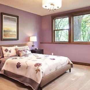 Foto de dormitorio principal, clásico, de tamaño medio, sin chimenea, con paredes púrpuras, moqueta y suelo violeta
