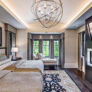 Inredning av ett modernt stort gästrum, med beige väggar, mörkt trägolv, en bred öppen spis, en spiselkrans i trä och brunt golv