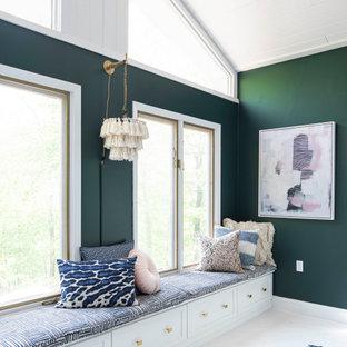 Ejemplo de dormitorio principal, campestre, grande, sin chimenea, con paredes verdes, suelo de madera clara y suelo blanco