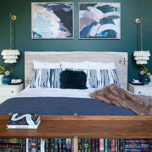 Diseño de dormitorio principal, campestre, grande, sin chimenea, con paredes verdes, suelo de madera clara y suelo blanco