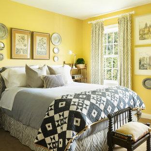 Inspiration för klassiska sovrum, med gula väggar, heltäckningsmatta och beiget golv