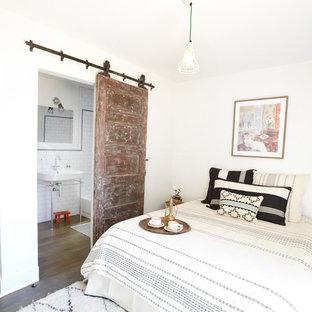 Ispirazione per una camera da letto eclettica con pareti bianche e parquet scuro