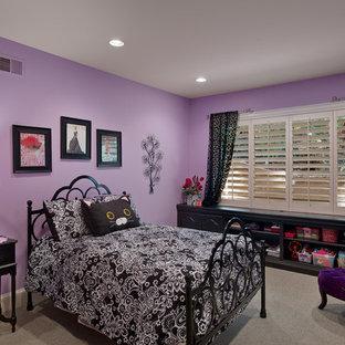 Ispirazione per una camera degli ospiti moderna di medie dimensioni con pareti viola e moquette